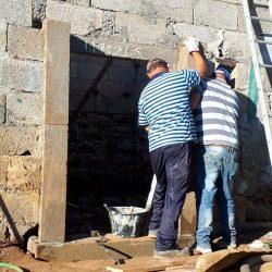 Plaatsen van de deuromlijstingen van graniet door Germano en Jaimes