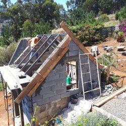Stalen dakspanten gelast en betonnen dakbalken (beirais) gestort