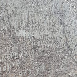 Boven het wandelpad basaltformaties