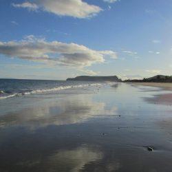 Het strand bij eb in de middag